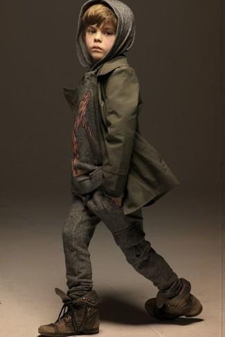 Wie kombinieren: olivgrüner Trenchcoat, grauer Pullover mit einer Kapuze, dunkelgraue Jogginghose, braune Stiefel