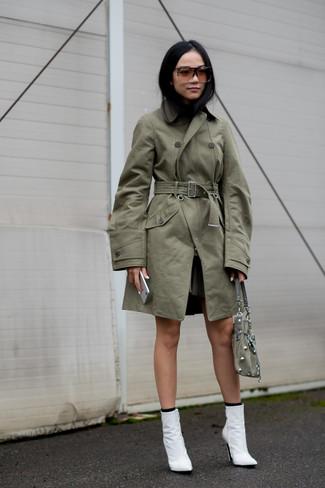 Wie kombinieren: olivgrüner Trenchcoat, weiße Leder Stiefeletten, olivgrüne Wildlederhandtasche, schwarze Socke