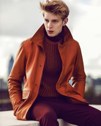 Wie kombinieren: orange Leder Trenchcoat, rotbrauner Strickpullover, dunkelroter Rollkragenpullover, dunkelrote Kordjeans