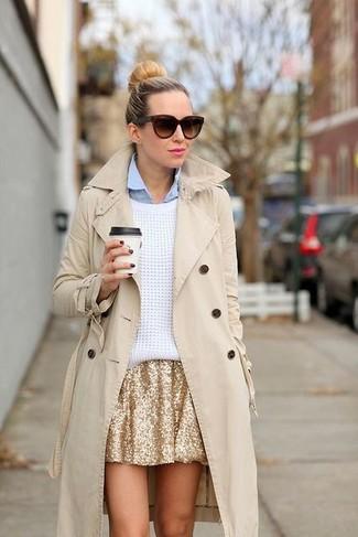Wie kombinieren: hellbeige Trenchcoat, weißer Oversize Pullover, hellblaues Businesshemd, goldener Skaterrock aus Paillette