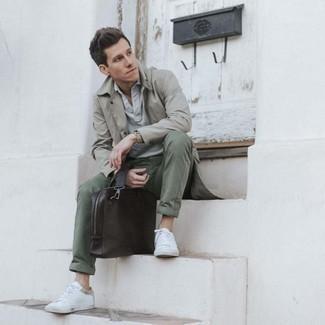 Olivgrüne Chinohose kombinieren – 500+ Herren Outfits: Kombinieren Sie einen grauen Trenchcoat mit einer olivgrünen Chinohose, um einen modischen Freizeitlook zu kreieren. Wenn Sie nicht durch und durch formal auftreten möchten, entscheiden Sie sich für weißen Segeltuch niedrige Sneakers.