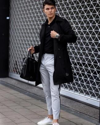 Herren Outfits 2021: Kombinieren Sie einen schwarzen Trenchcoat mit einer grauen vertikal gestreiften Chinohose für einen für die Arbeit geeigneten Look. Suchen Sie nach leichtem Schuhwerk? Wählen Sie weißen Leder niedrige Sneakers für den Tag.