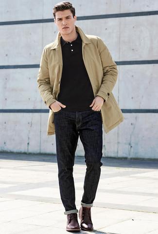 Schwarzes Polohemd kombinieren: trends 2020: Die Paarung aus einem schwarzen Polohemd und dunkelblauen Jeans ist eine komfortable Wahl, um Besorgungen in der Stadt zu erledigen. Dunkelrote Chukka-Stiefel aus Leder putzen umgehend selbst den bequemsten Look heraus.