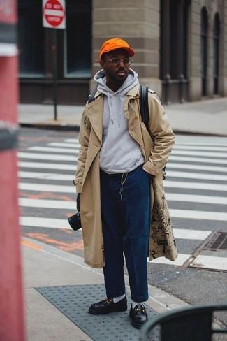 Wie kombinieren: hellbeige Trenchcoat, grauer Pullover mit einem Kapuze, dunkelblaue Kordjeans, schwarze Leder Slipper