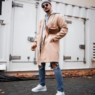 Hellbeige Trenchcoat kombinieren – 332 Herren Outfits: Kombinieren Sie einen hellbeige Trenchcoat mit blauen Jeans mit Destroyed-Effekten, um mühelos alles zu meistern, was auch immer der Tag bringen mag. Weiße Segeltuch niedrige Sneakers sind eine großartige Wahl, um dieses Outfit zu vervollständigen.