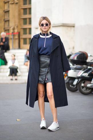 Weiße Sportschuhe kombinieren – 122 Damen Outfits: Um einen frischen, lockeren Look zu erzielen, probieren Sie die Kombi aus einem dunkelblauen Trenchcoat und einem schwarzen Leder Minirock. Warum kombinieren Sie Ihr Outfit für einen legereren Auftritt nicht mal mit weißen Sportschuhen?
