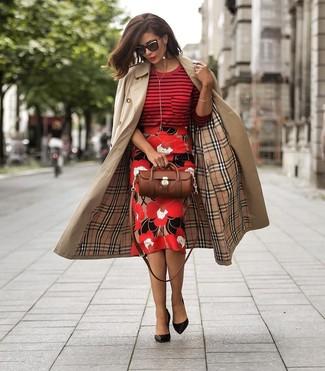 Wie kombinieren: beige Trenchcoat, roter horizontal gestreifter Pullover mit einem Rundhalsausschnitt, roter Bleistiftrock mit Blumenmuster, schwarze Leder Pumps