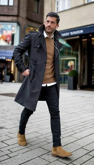 Wie kombinieren: schwarzer Trenchcoat, brauner Pullover mit einem Rundhalsausschnitt, weißes Businesshemd, schwarze enge Jeans