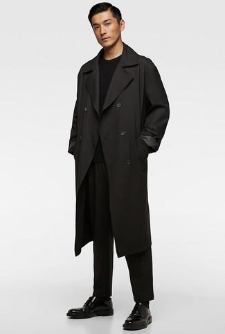 Wie kombinieren: schwarzer Trenchcoat, schwarzer Pullover mit einem Rundhalsausschnitt, schwarze Chinohose, schwarze Leder Derby Schuhe