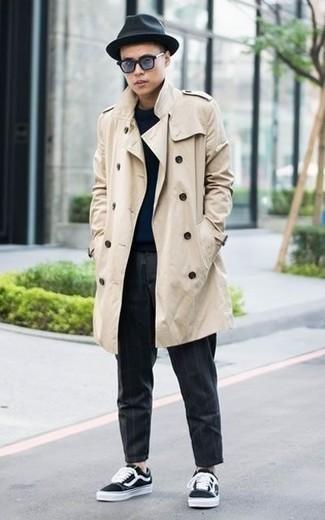 Dunkelblauen Pullover mit einem Rundhalsausschnitt kombinieren: trends 2020: Kombinieren Sie einen dunkelblauen Pullover mit einem Rundhalsausschnitt mit einer dunkelgrauen vertikal gestreiften Chinohose für ein bequemes Outfit, das außerdem gut zusammen passt. Schwarze und weiße Segeltuch niedrige Sneakers sind eine kluge Wahl, um dieses Outfit zu vervollständigen.