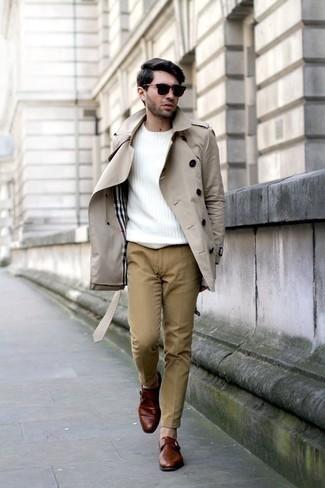 Beige Chinohose kombinieren: trends 2020: Entscheiden Sie sich für einen hellbeige Trenchcoat und eine beige Chinohose für einen für die Arbeit geeigneten Look. Fühlen Sie sich mutig? Komplettieren Sie Ihr Outfit mit rotbraunen Monks aus Leder.