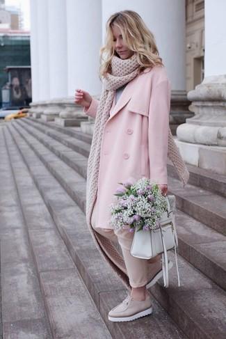 Wie kombinieren: rosa Trenchcoat, grauer Pullover mit einem Rundhalsausschnitt, hellbeige enge Hose, hellbeige Leder plateau Slippers