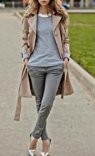Beige Trenchcoat Grauer Pullover Mit Einem Rundhalsausschnitt