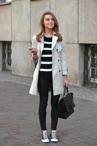 schwarzer und weißer horizontal gestreifter Pullover mit einem Rundhalsausschnitt von COLLECTION L.