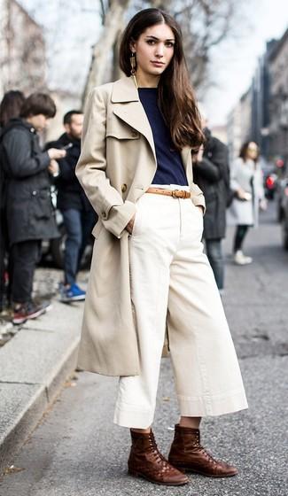 Probieren Sie diese Kombi aus einem hellbeige Trenchcoat und einem weißen Hosenrock für einen glamurösen Freizeit-Look. Wenn Sie nicht durch und durch formal auftreten möchten, komplettieren Sie Ihr Outfit mit dunkelbraunen flache stiefel mit einer schnürung aus leder.