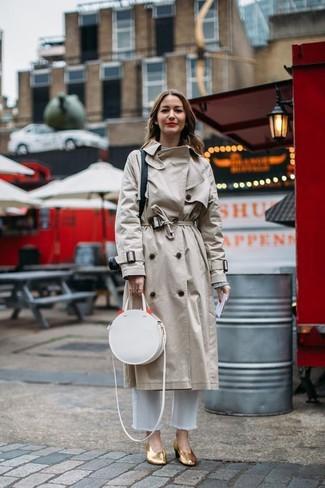 Weiße Jeans kombinieren: trends 2020: Sie möchten Ihren Alltags-Stil perfektionieren? Probieren Sie die Kombination aus einem hellbeige Trenchcoat und weißen Jeans. Goldene Leder Pumps sind eine gute Wahl, um dieses Outfit zu vervollständigen.