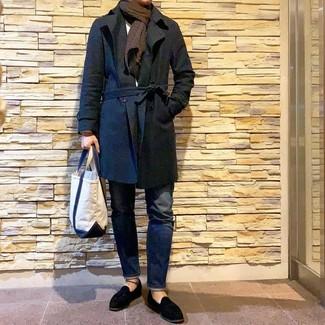 Wie kombinieren: schwarzer Trenchcoat, weißer Pullover mit einem Rundhalsausschnitt, dunkelblaue Jeans, schwarze Wildleder Slipper mit Quasten