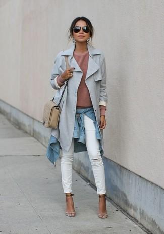 Weiße enge Jeans kombinieren – 8 Herbst Damen Outfits: Ein grauer Trenchcoat und weiße enge Jeans sind unverzichtbar im lässigen Kleiderschrank jeder Frau. Hellbeige Leder Sandaletten sind eine großartige Wahl, um dieses Outfit zu vervollständigen. Das ist eindeutig ein perfekt passender Look für Übergangsabende!