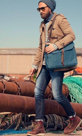 Tragen Sie einen braunen Trenchcoat und dunkelblauen Jeans, um einen eleganten, aber nicht zu festlichen Look zu kreieren. Fühlen Sie sich ideenreich? Ergänzen Sie Ihr Outfit mit braunen lederarbeitsstiefeln.
