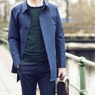Wie kombinieren: dunkelblauer Trenchcoat, dunkelgrüner Pullover mit einem Rundhalsausschnitt, weißes Langarmhemd, dunkelblaue Anzughose