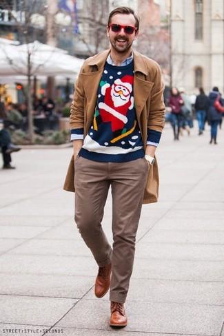 Wie kombinieren: beige Trenchcoat, dunkelblauer Pullover mit einem Rundhalsausschnitt mit Weihnachten Muster, hellblaues Langarmhemd, braune Chinohose
