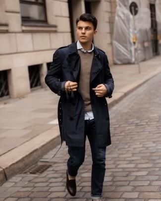 Dunkelbraune Leder Slipper kombinieren – 500+ Herren Outfits: Kombinieren Sie einen dunkelblauen Trenchcoat mit dunkelblauen Jeans, um einen modischen Freizeitlook zu kreieren. Dunkelbraune Leder Slipper bringen klassische Ästhetik zum Ensemble.