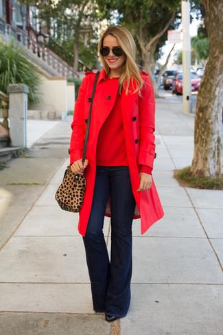 Wie kombinieren: roter Trenchcoat, roter Pullover mit einem Rundhalsausschnitt, dunkelblaue Schlagjeans, schwarze Leder Stiefeletten