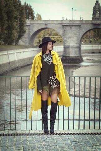 Wie kombinieren: gelber Trenchcoat, olivgrüner Pullover mit einem Rundhalsausschnitt, olivgrüne Seideshorts, schwarze Overknee Stiefel aus Leder
