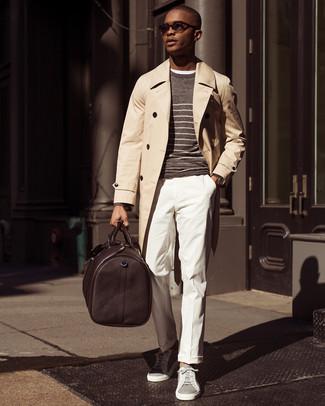 Wie kombinieren: hellbeige Trenchcoat, brauner horizontal gestreifter Pullover mit einem Rundhalsausschnitt, weißes T-Shirt mit einem Rundhalsausschnitt, weiße Anzughose