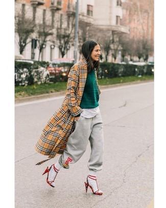 Olivgrünen Pullover mit einem Rundhalsausschnitt kombinieren – 42 Damen Outfits: Ein olivgrüner Pullover mit einem Rundhalsausschnitt und eine graue bedruckte Jogginghose sind Freizeit-Essentials, die Ihrer Garderobe einen einzigartigen Charakter verleihen. Vervollständigen Sie Ihr Look mit roten Wildleder Sandaletten mit Karomuster.