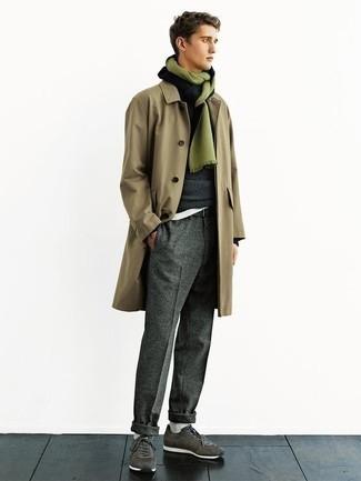 Dunkelgraue Wollchinohose kombinieren: trends 2020: Kombinieren Sie einen beige Trenchcoat mit einer dunkelgrauen Wollchinohose, um einen modischen Freizeitlook zu kreieren. Fühlen Sie sich ideenreich? Ergänzen Sie Ihr Outfit mit dunkelgrünen Sportschuhen.