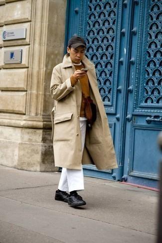 Rotbraunen Pullover mit einem Rundhalsausschnitt kombinieren – 148 Herren Outfits: Erwägen Sie das Tragen von einem rotbraunen Pullover mit einem Rundhalsausschnitt und einer weißen Chinohose für ein sonntägliches Mittagessen mit Freunden. Fühlen Sie sich ideenreich? Komplettieren Sie Ihr Outfit mit schwarzen Leder niedrigen Sneakers.