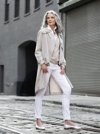 Wie kombinieren: hellbeige Trenchcoat, hellbeige Pullover mit einem V-Ausschnitt, weißes Businesshemd, weiße enge Hose