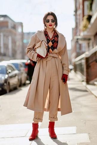 Wie kombinieren: hellbeige Trenchcoat, roter Pullover mit einem V-Ausschnitt mit Argyle-Muster, hellbeige weite Hose, rote Leder Stiefeletten