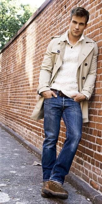 Wie kombinieren: hellbeige Trenchcoat, weißer Pullover mit einem zugeknöpften Kragen, blaue Jeans, braune Freizeitstiefel