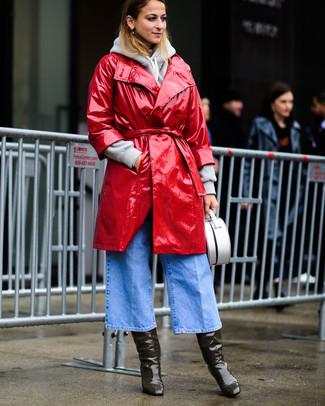 Wie kombinieren: roter Leder Trenchcoat, grauer Pullover mit einer Kapuze, hellblauer Hosenrock aus Jeans, olivgrüne kniehohe Stiefel aus Leder