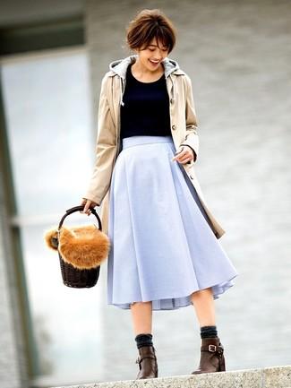 Wie kombinieren: beige Trenchcoat, grauer Pullover mit einer Kapuze, schwarzer Pullover mit einem Rundhalsausschnitt, hellblauer ausgestellter Rock