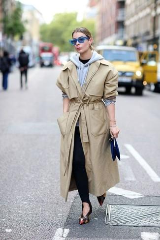Wie kombinieren: hellbeige Trenchcoat, grauer Pullover mit einer Kapuze, schwarzes T-Shirt mit einem Rundhalsausschnitt, schwarze Leggings