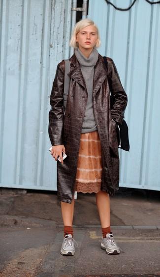 Wie kombinieren: dunkelbrauner Leder Trenchcoat, grauer Pullover mit einer weiten Rollkragen, orange Mit Batikmuster Camisole-Kleid, silberne Sportschuhe