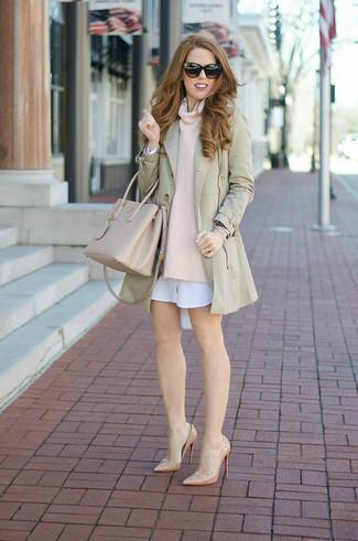 Smart-Casual Outfits Damen 2020: Probieren Sie die Kombination aus einem hellbeige Trenchcoat und einem hellbeige Pullover mit einer weiten Rollkragen, um einen stylischen, entspannten Look zu erzielen. Hellbeige Leder Pumps sind eine großartige Wahl, um dieses Outfit zu vervollständigen.