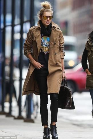 Tragen Sie einen braunen Trenchcoat und schwarzen Enge Jeans für ein großartiges Wochenend-Outfit. Dieses Outfit passt hervorragend zusammen mit schwarzen Leder Stiefeletten.