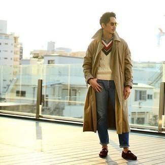 Beige Trenchcoat kombinieren – 279 Herren Outfits: Tragen Sie einen beige Trenchcoat und blauen Jeans, um einen eleganten, aber nicht zu festlichen Look zu kreieren. Dunkelbraune Wildleder Slipper sind eine einfache Möglichkeit, Ihren Look aufzuwerten.