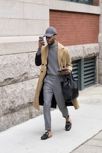 Wie kombinieren: beige Trenchcoat, grauer Rollkragenpullover, graue Anzughose, schwarze Leder Slipper