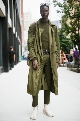 Wie kombinieren: olivgrüner Trenchcoat, olivgrüner Rollkragenpullover, olivgrüne Anzughose, hellbeige Chelsea-Stiefel aus Wildleder