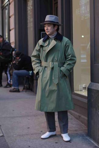 Hut kombinieren – 500+ Herren Outfits: Für ein bequemes Couch-Outfit, kombinieren Sie einen olivgrünen Trenchcoat mit einem Hut. Komplettieren Sie Ihr Outfit mit weißen Segeltuch niedrigen Sneakers.
