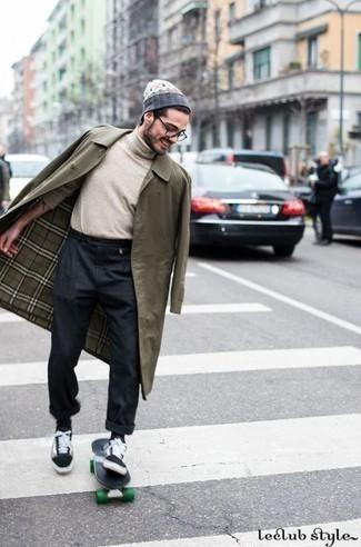 Hellbeige Rollkragenpullover kombinieren – 192 Herren Outfits: Entscheiden Sie sich für einen hellbeige Rollkragenpullover und eine dunkelgraue Chinohose, um einen lockeren, aber dennoch stylischen Look zu erhalten. Schwarze und weiße Segeltuch niedrige Sneakers liefern einen wunderschönen Kontrast zu dem Rest des Looks.
