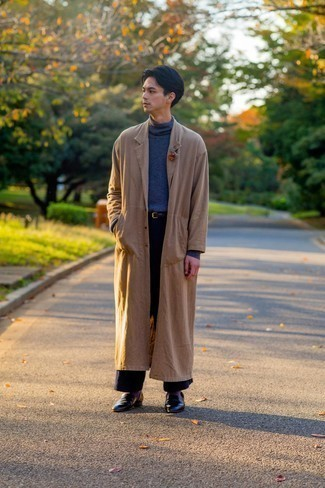Lila Socken kombinieren – 238 Herren Outfits: Kombinieren Sie einen beige Trenchcoat mit lila Socken für einen entspannten Wochenend-Look. Fühlen Sie sich mutig? Wählen Sie schwarzen Leder Slipper.