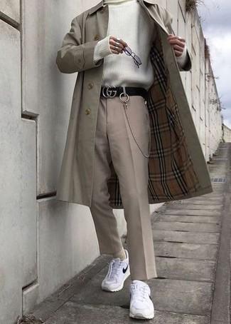 20 Jährige: Smart-Casual Outfits Herren 2021: Erwägen Sie das Tragen von einem hellbeige Trenchcoat und einer hellbeige Chinohose, wenn Sie einen gepflegten und stylischen Look wollen. Wenn Sie nicht durch und durch formal auftreten möchten, vervollständigen Sie Ihr Outfit mit weißen und schwarzen Sportschuhen.