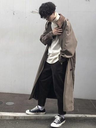 Beige Trenchcoat kombinieren – 427 Herren Outfits: Erwägen Sie das Tragen von einem beige Trenchcoat und einer dunkelbraunen Chinohose für Ihren Bürojob. Fühlen Sie sich ideenreich? Komplettieren Sie Ihr Outfit mit schwarzen und weißen Segeltuch niedrigen Sneakers.