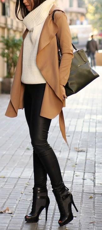 Die modische Kombination aus einem beige Wildleder Trenchcoat und einer schwarzen Enger Hose aus Leder ist perfekt für einen Tag im Büro. Dieses Outfit passt hervorragend zusammen mit schwarzen Schnürstiefeletten aus Leder mit Ausschnitten.